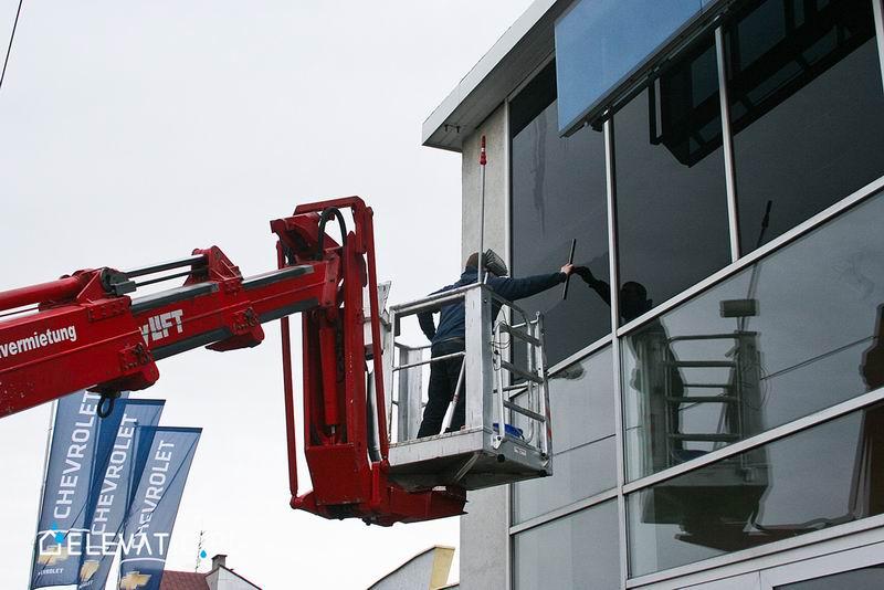 Mycie okien ze zwyżki.
