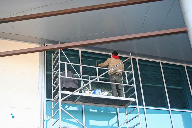 Mycie okien z rusztowania.